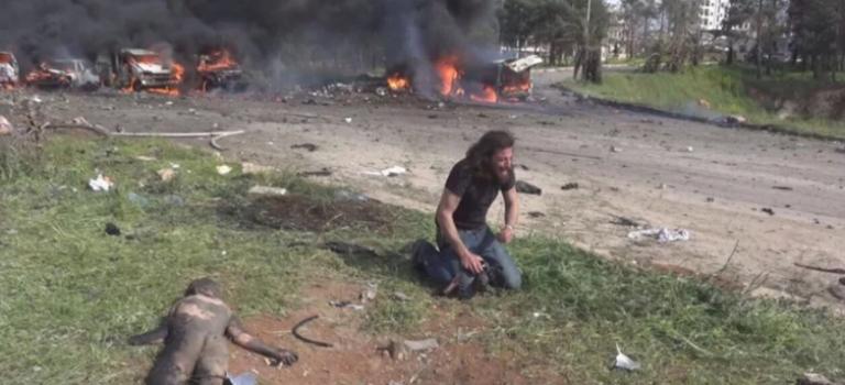 最心碎的一幕!敘利亞巴士被炸,摄影記者跪孩童尸旁崩溃痛哭!