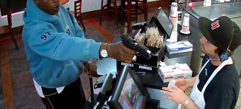 『視頻』速食店遭搶劫!員工差點挨轟頭!冷靜態度網友大讚!