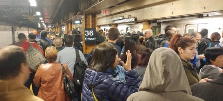 紐約客受不了坑爹地鐵,到州長辦公室前示威!