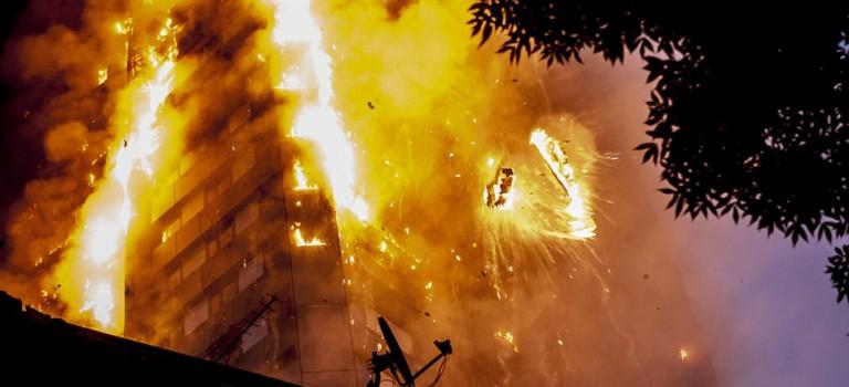 倫敦 27 層公寓發生嚴重大火:至少 12 人死亡 79 人受傷,失蹤者不計其數