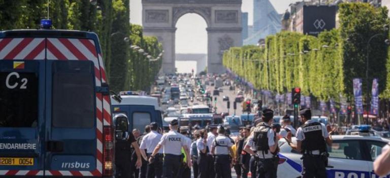 【突發】法國巴黎汽車撞警車后發生爆炸:車內藏有武器及炸彈