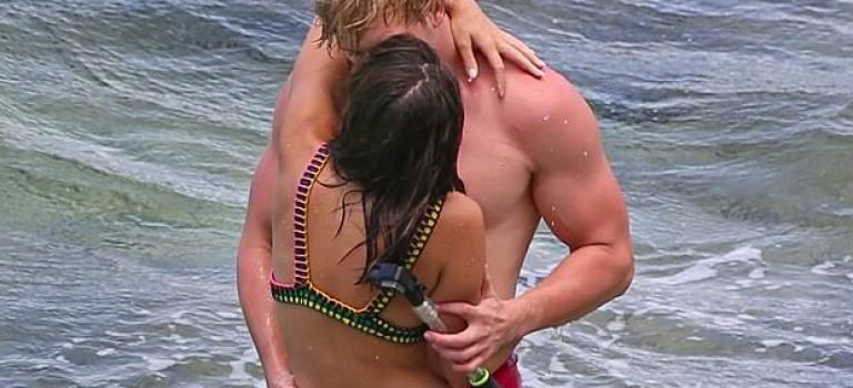 剛剛分手一個月!知名女演員勾搭六塊肌Youtube紅人海邊接吻摸肌!