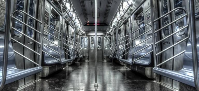 為了解決紐約地鐵的混亂現狀,MTA做了一個驚人的決定:拆座椅!