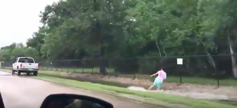 德州陷入大災情!民眾只能苦中作樂~竟然玩起路邊水道衝浪!