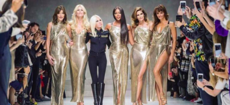 超搞笑!Versace今年大秀邀請五大90年代超模畫面被網友們玩壞了!