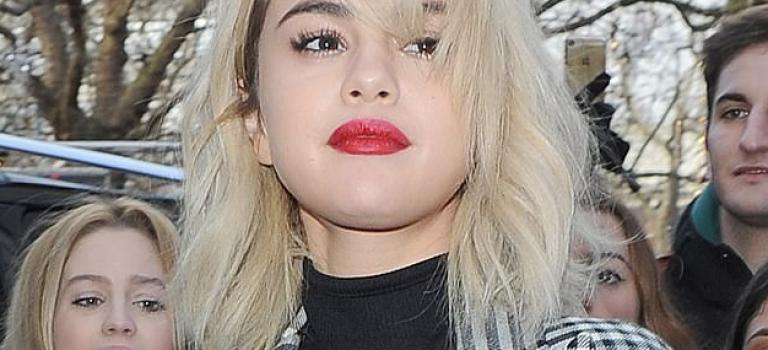 就是這麼自信!Selena 黑色透視裝胸部全露,一天五個造型粉絲狂尖叫
