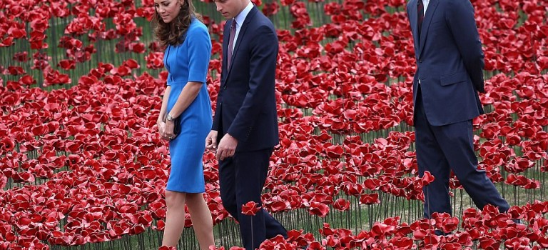 """好事的英國媒體發現,哈利王子才是威廉和凱特的""""第三者""""~😂"""