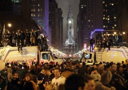 48E4D76A00000578-5351879-Eagles_fans_piled_onto_the_top_of_sanitation_trucks_in_their_cel-a-1_1517842438899