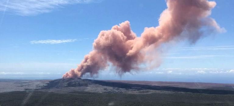 【影片】夏威夷火山爆發,岩漿迸射、地面開裂,上萬人緊急撤離!