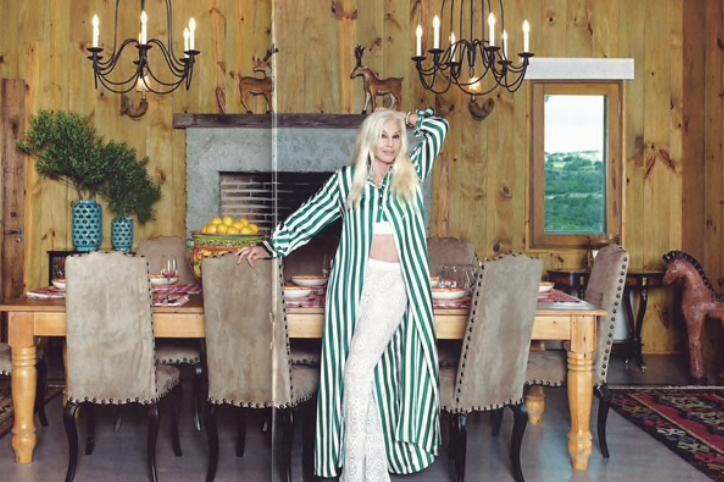 Susana en el comedor de La tertulia. Las fotos son de la revista Hola.