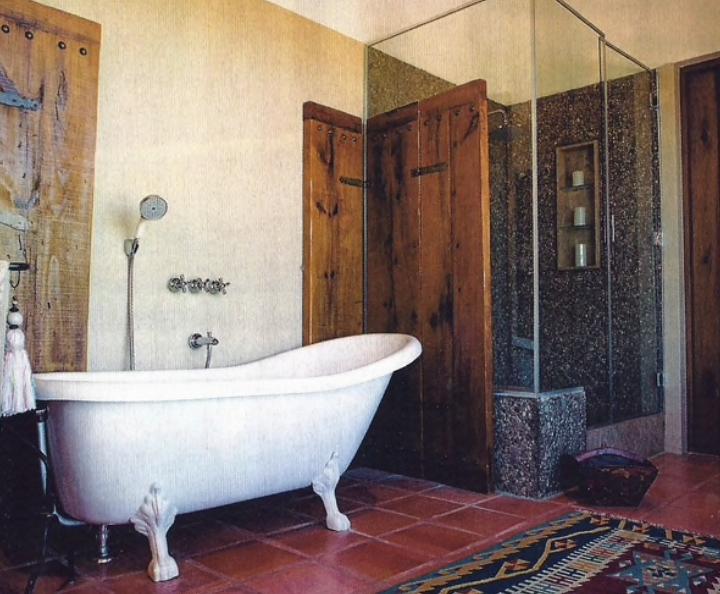Uno de los cinco baños que tiene la propiedad.