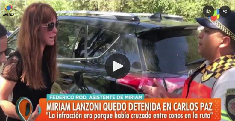 Miriam Lanzoni en pleno cruce con la policía.