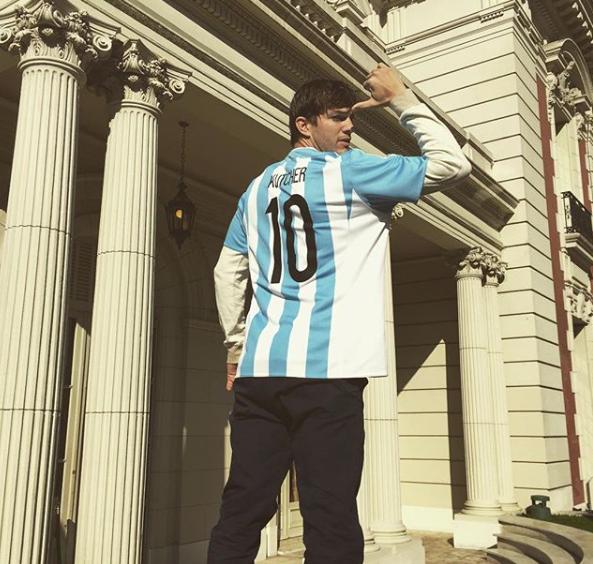 Ashton es fana mal de Argentina en fúbtol.