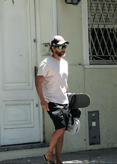 Joaquín, patineta bajo el brazo