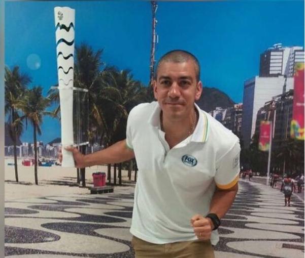 Queijeiro, junto a la llama olímpica.