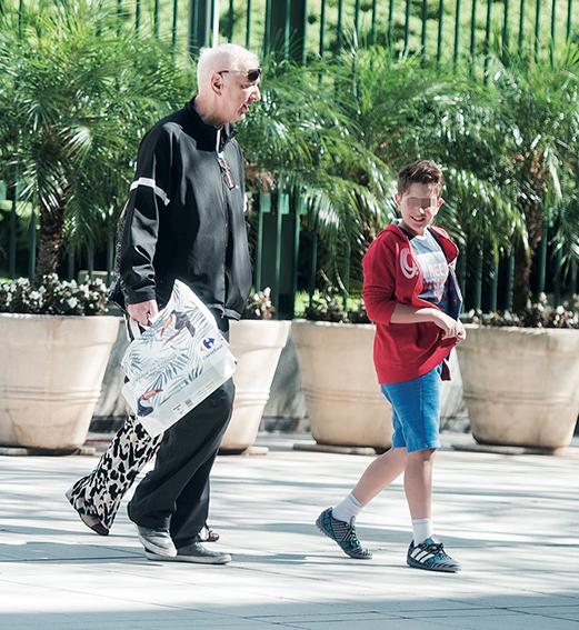 El periodista pasea con su familia.