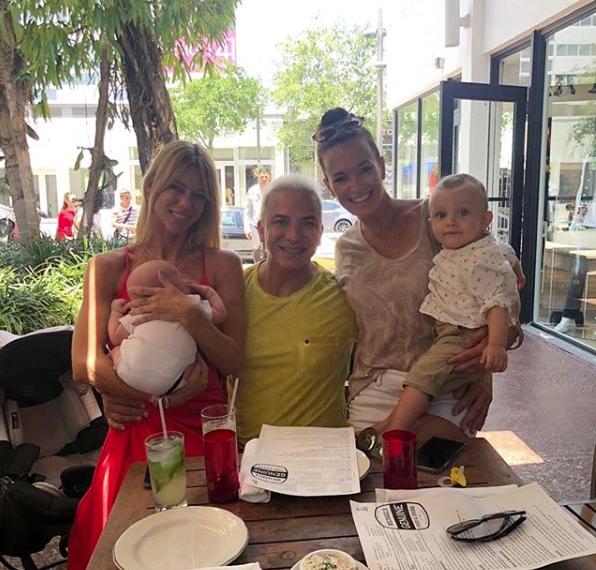 En Miami se encontró con Flavio Mendoza, quien le mostró a su baby.