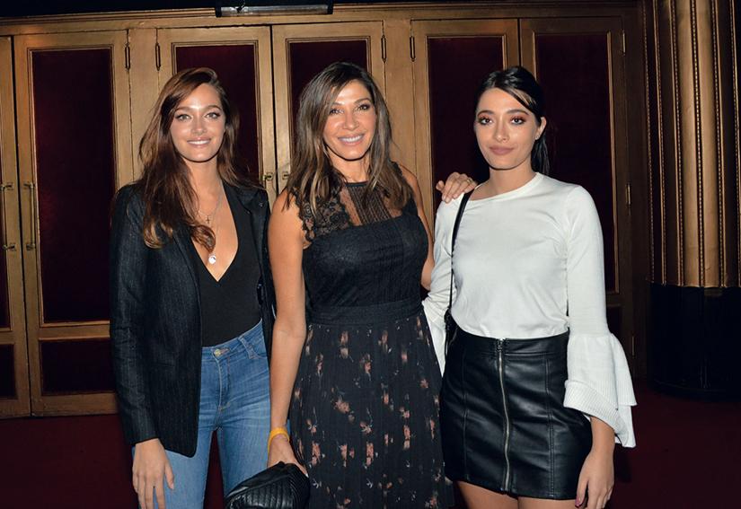 Las chicas acompañaron a su mamá a un estreno teatral.