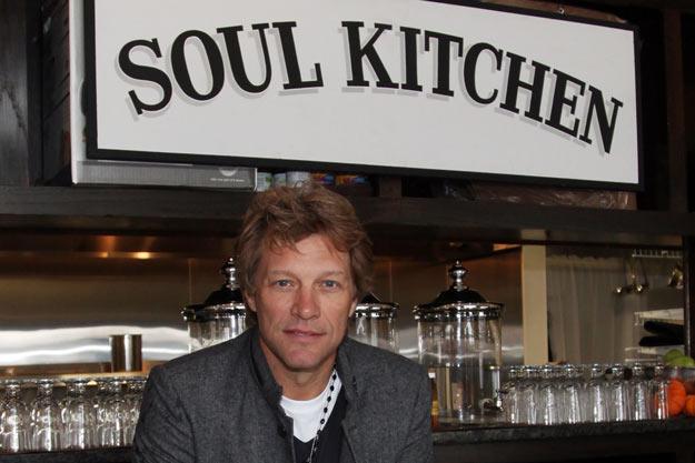 Bon Jovi abrió restaurante donde se puede pagar o lavar los platos ...