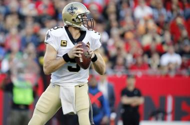 Dec 31, 2017; Tampa, FL, USA;New Orleans Saints quarterback Drew Brees (9) drop back against the Tampa Bay Buccaneers during the first quarter at Raymond James Stadium.