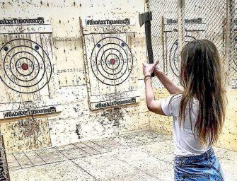 什麼投飛鏢、打靶、射箭這些都已經過時了,現在流行投斧頭!