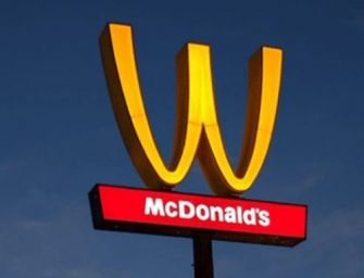 為了慶祝三八國際婦女節,麥當勞把它們的 M 字招牌倒過來變成 W 了