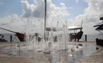 Fountain displays near beachfront at La Isla Mall