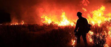 2008年,爱达荷州的一名消防员在天黑后工作. 爱达荷州是新研究发现夜间空气干燥能力在过去40年急剧增加的地方之一.爱达荷州土地管理局/Flickr