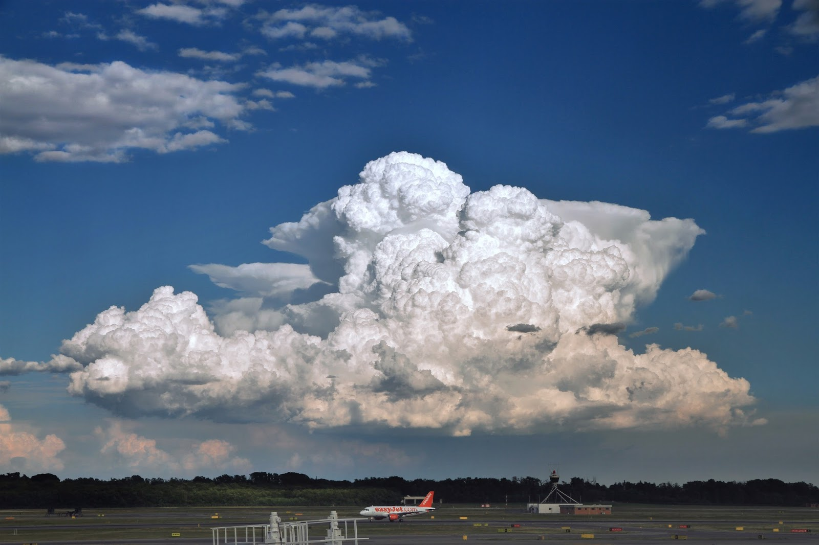 More cumulonimbus calvus with cumulonimbus capillatus in the background as seen from Milano-Malpensa airport to the north in August 3, 2010. Created 3 Apr 2010. Retrieved from Wikimedia Commons. Author: Ximonic,.