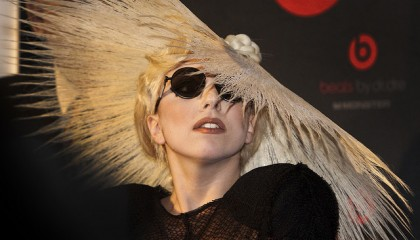 Lady Gaga y extraño peinado