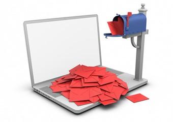 Laptop junto a antigua casilla de correo