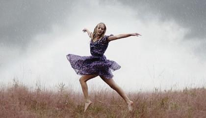 Mujer baila bajo la lluvia