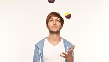 Hombre hace malabares con pelotas