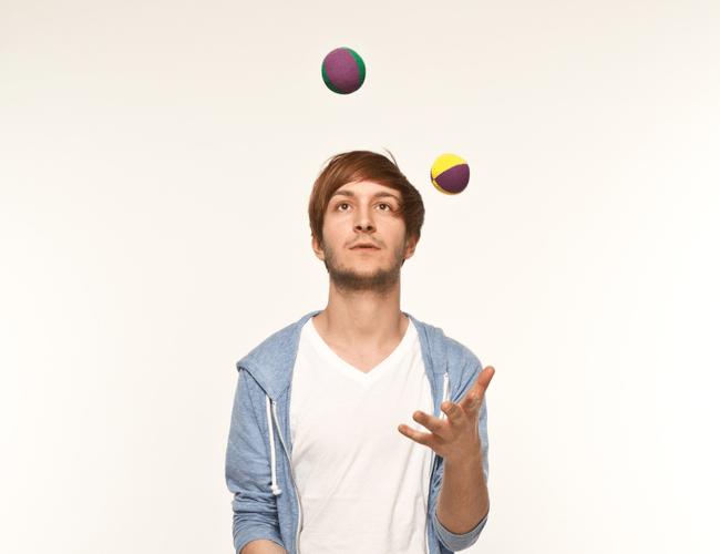 Muchacho haciendo malabares con pelotas