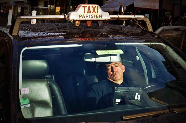 Taxista durmiendo en el tráfico