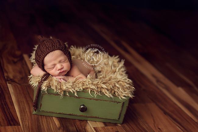 Bebe pequeño fotografiado en cajón