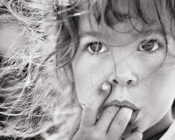 Niño en blanco y negro