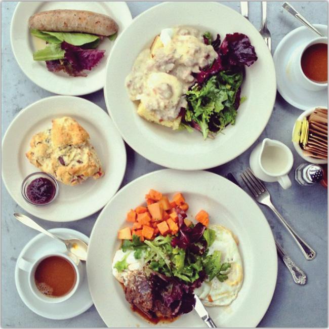 Muchos platos de ensaladas