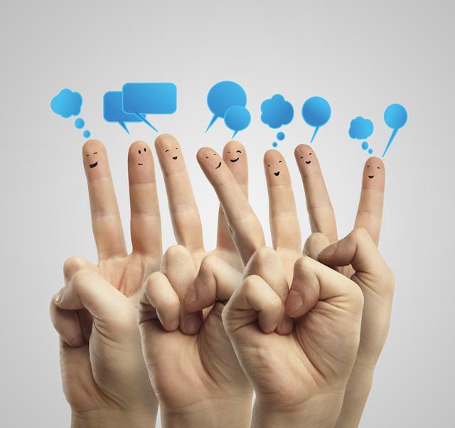 Muchos dedos con caras y burbujas de diálogo