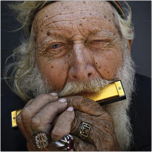 Anciano toca la armónica