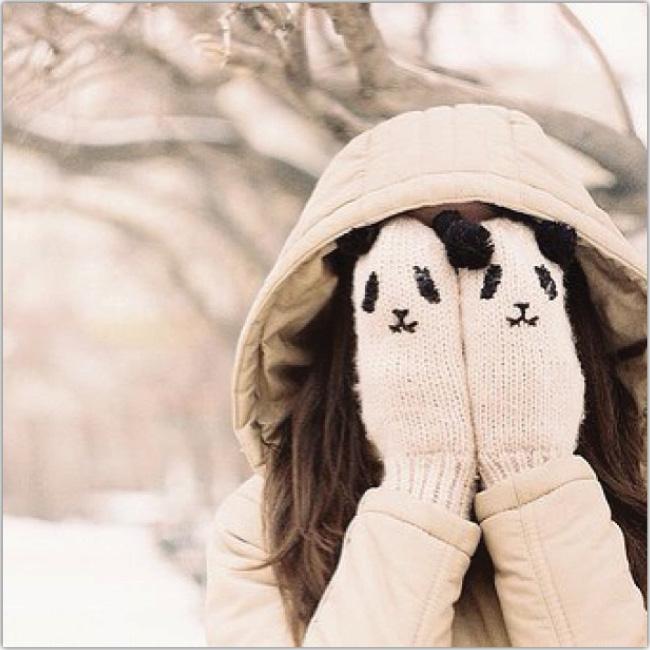 Muchacha se cubre los ojos con guantes con forma de panda
