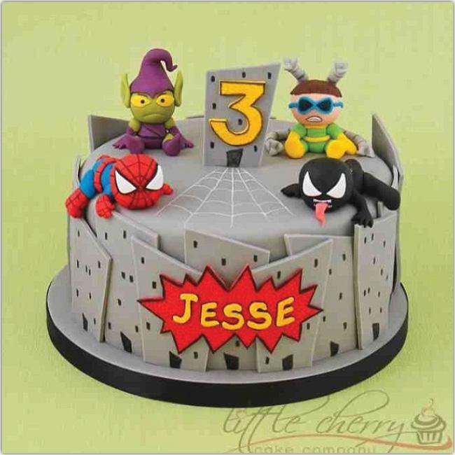 Hermosa torta de cumpleaños con super héroes