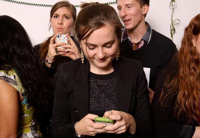 Joven tweetea desde un evento