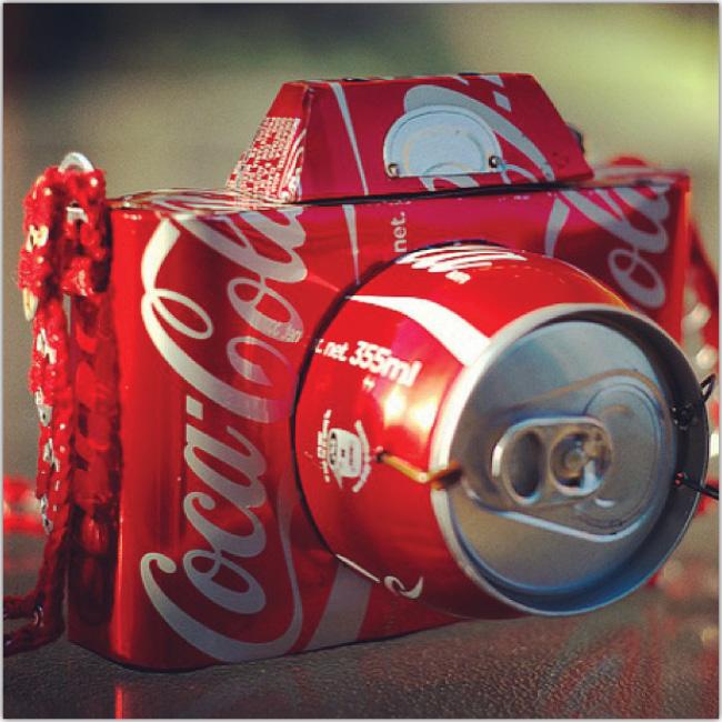 Cámara de fotos hecha con latas de gaseosa