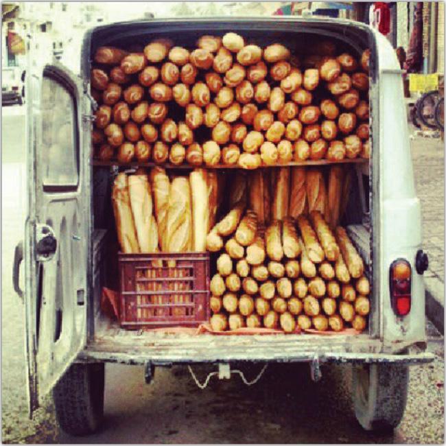 Camioneta repleta de panes baguette