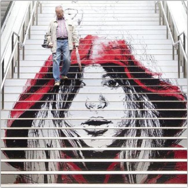 La cara de caperucita roja ilustrada sobre escaleras