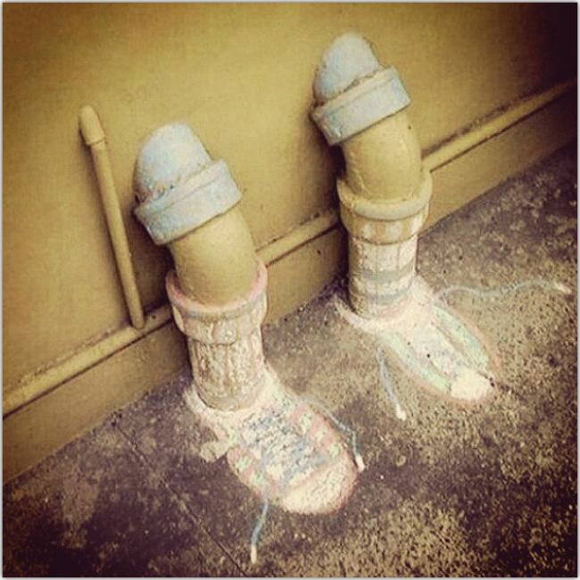 Alguien ilustró zapatos a dos cañerías