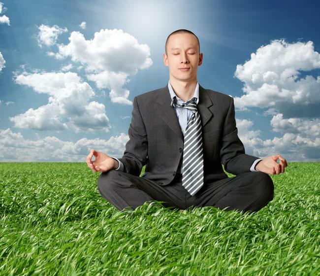 Oficinista meditando