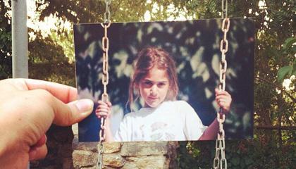 Foto impresa de una niña en un columpio sobrepuesta sobre un columpio real.