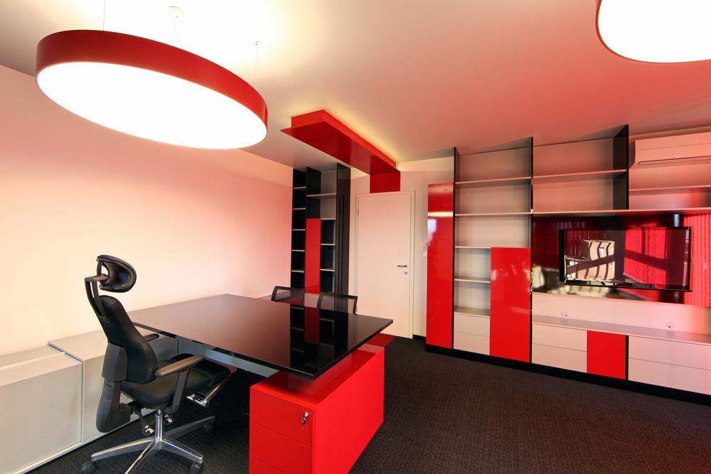 Oficina en tonalidades de rojo.